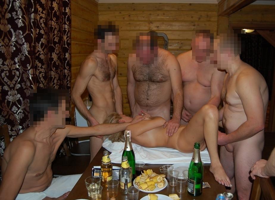 Мужики в бане трахают шлюху бутылкой в очко