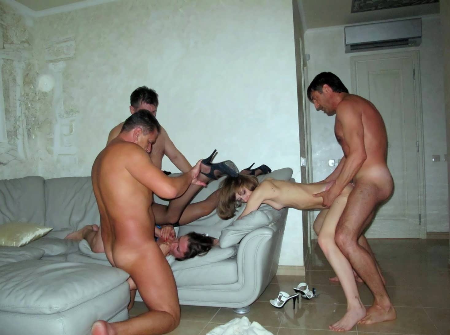 Жены трахаются с мужиками, обмениваясь ими в процессе